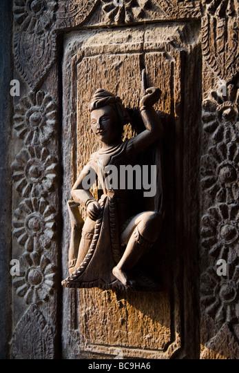 Nahaufnahme von einem Teakholz schnitzen an der Tür eines Klosters in Mandalay, Myanmar Stockbild