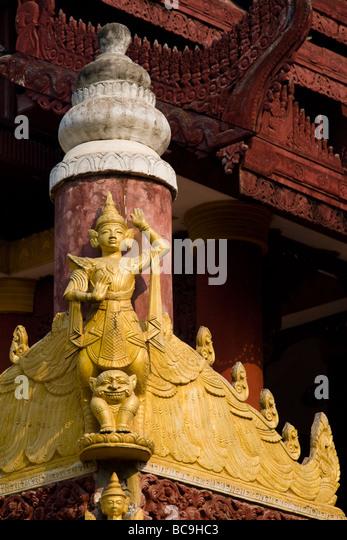 Teakholz Carven auf einer Pagode in Mandalay, Myanmar Stockbild