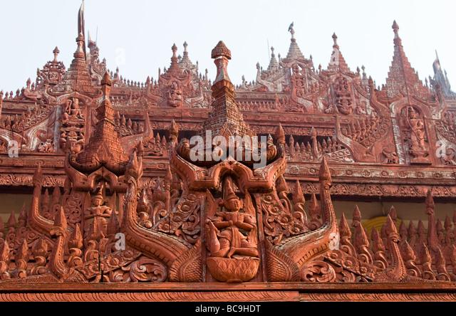 Nahaufnahme der herrlichen Teakholz Schnitzereien der Shwenandaw Kloster in Mandalay, Myanmar Stockbild