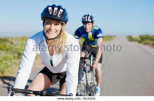 Paar-Radfahren in abgelegenen Gegend Stockbild