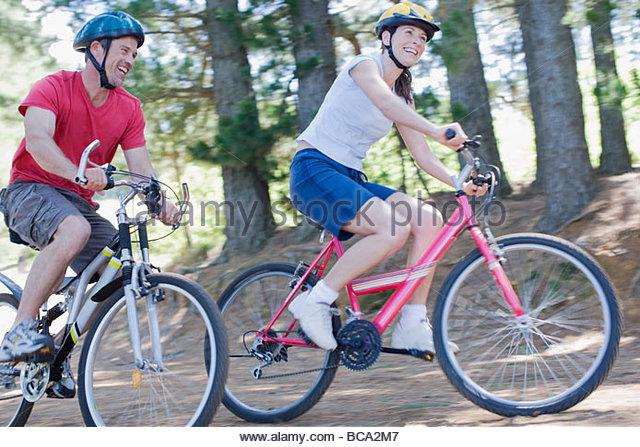 Paar-Radfahren im Wald Stockbild