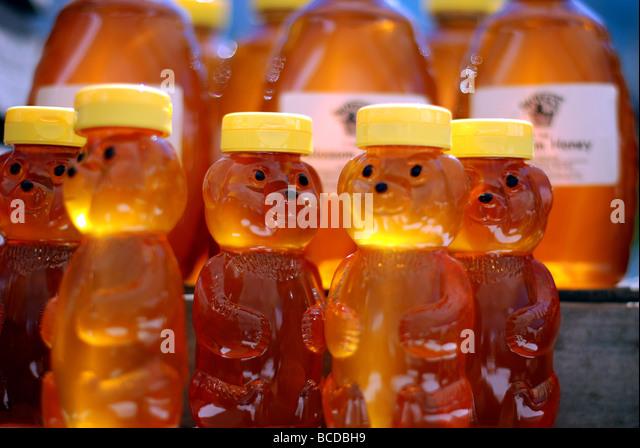 Bunte Früchte und Gemüse in Evanston Farmers' Market. Goldener Honig Bär Flaschen. Stockbild