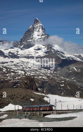 Blick Matterhorn Berg mit der berühmten Gornergrat Bahn Matterhorn-Bahn im Vordergrund, Zermatt, Schweiz, Europa Stockbild