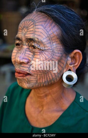 Myanmar, Chin-Staat Kyi Chaung Dorf. Eine Kinn-Frau mit tätowierten Gesicht. Es war üblich, dass Mädchen Stockbild