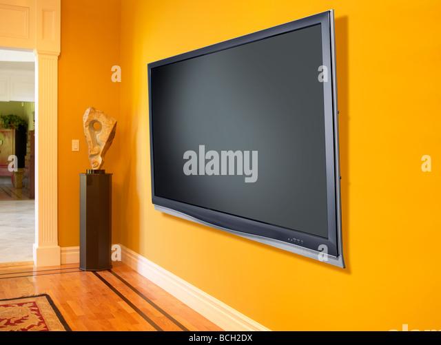 Plasma TV Fernseher gelbe Wand horizontal Stockbild