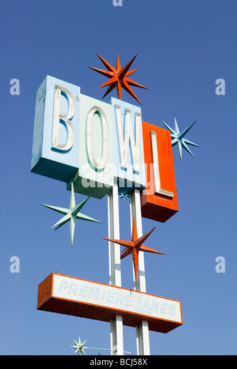 Bowling Alley Schild mit drei dimensionale Dingbat-Spikes, liest Zeichen BOWL PREMIERE LANES.  Seite abgerissen. Stockbild