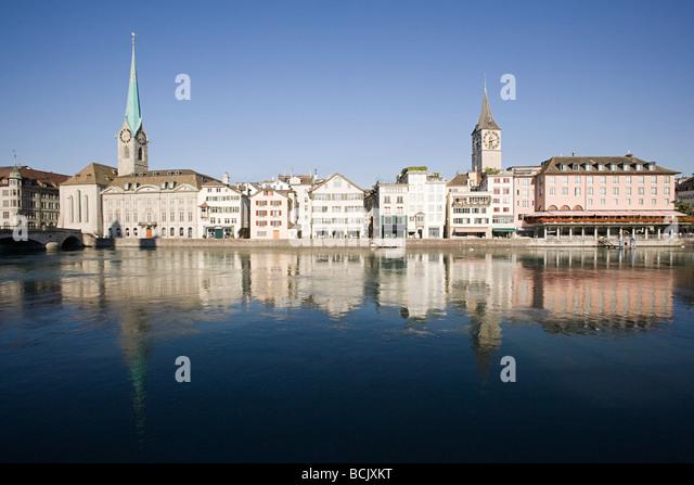 Architektur und der Limmat in Zürich Stockbild
