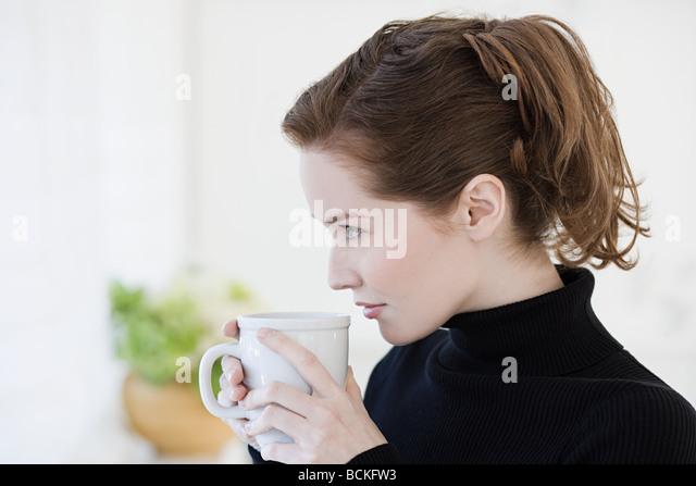 Junge Frau mit Getränk Stockbild