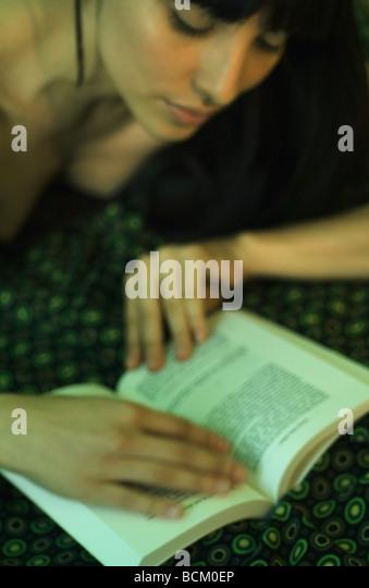 Frau liegend, beschnitten Ansicht Buch zu lesen, Stockbild
