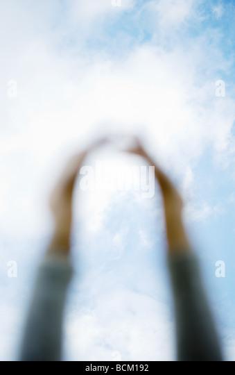 Arme erreichen für Himmel, Himmel im Hintergrund im Fokus Stockbild