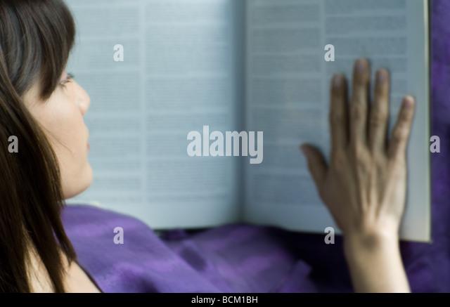 Frau lesen Nachschlagewerk, erhöhte Ansicht, beschnitten Stockbild