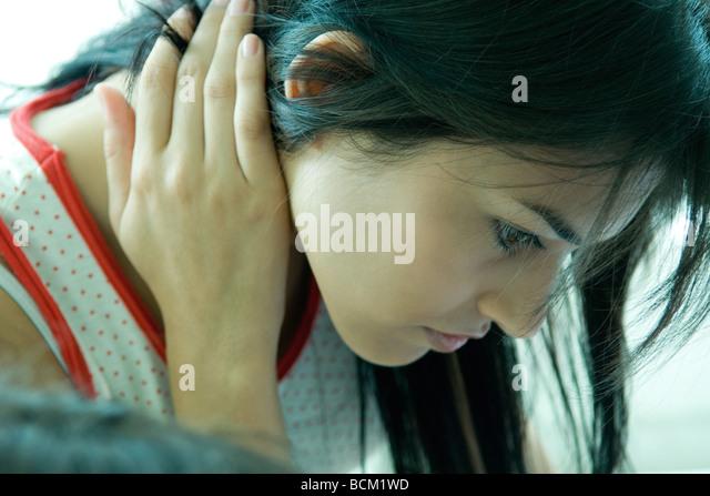 Nahaufnahme von Frau hält Hals, blickte Stockbild