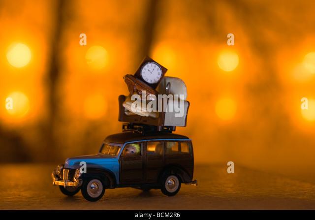 Spielzeugauto mit Möbeln gestapelt an der Spitze Stockbild