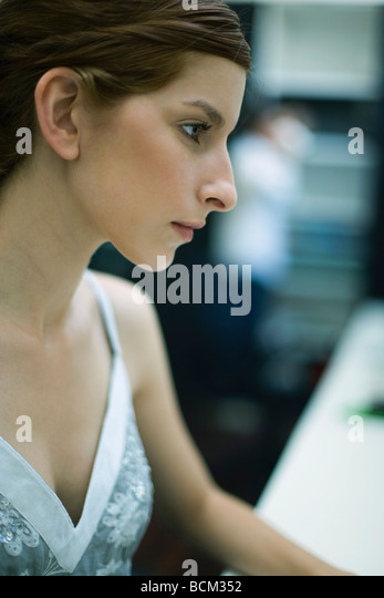 Junge Frau, die wegsehen, Profil Stockbild