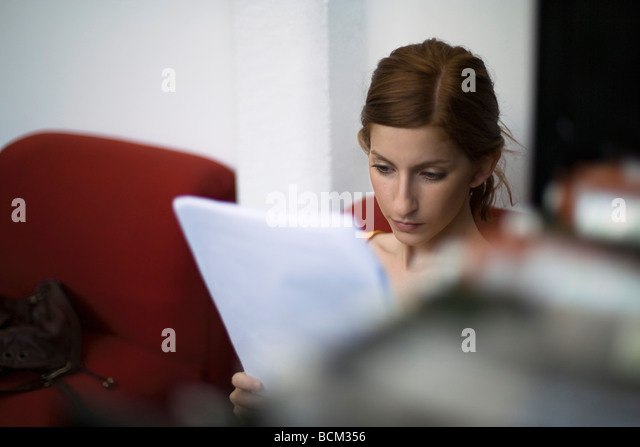 Junge Frau lesen Dokument Stockbild