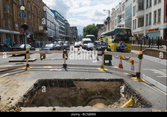 Straßenarbeiten Loch in der Straße Knightsbridge London England Stockbild
