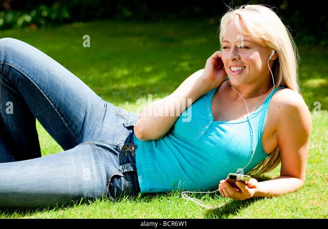 Mädchen iPod anhören Stockbild