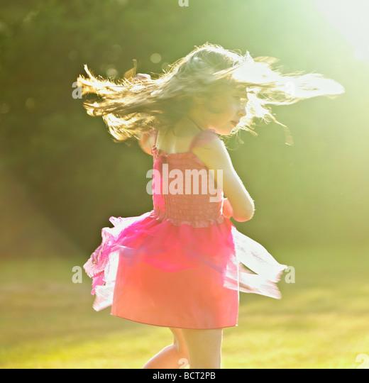 Junge Mädchen tanzen in der Sommersonne. Stockbild