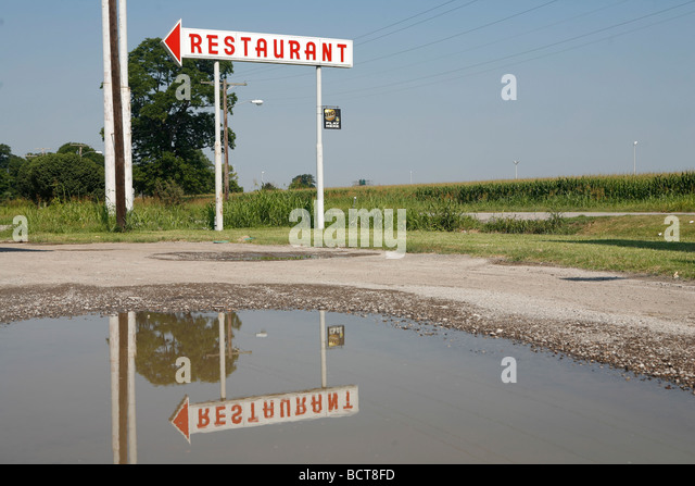 Ein Vintage Restaurant-Zeichen markiert die Stelle einer Tankstelle und Abendessen außerhalb Kairo Illinois Stockbild