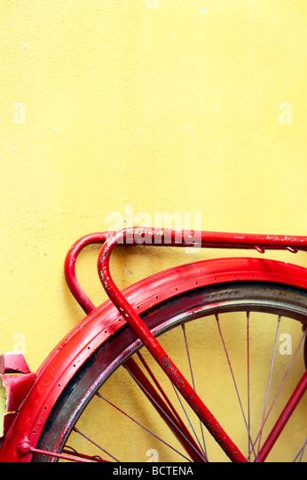 Hinterrad von einem alten Fahrrad rot lackiert Stockbild