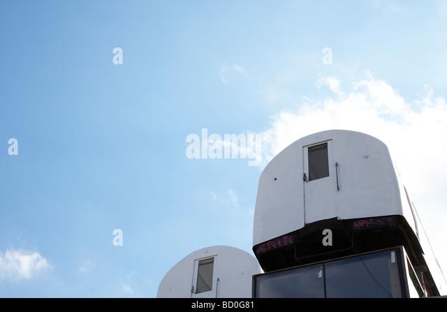 Rohr-Kutschen, balanciert auf dem Dach eines Gebäudes - Stock-Bilder