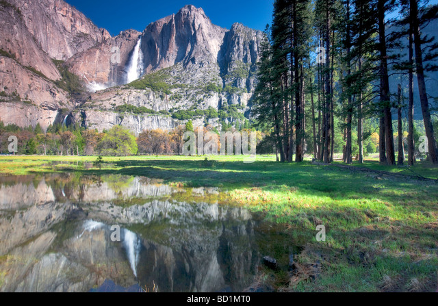 Yosemite Falls wider in Wasserbecken Yosemite National Park in Kalifornien Stockbild