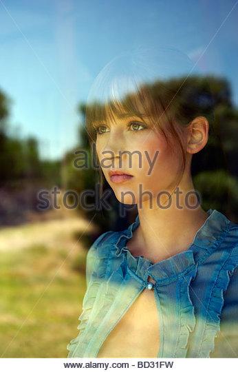 Porträt von Teenager-Mädchen im Fenster Stockbild