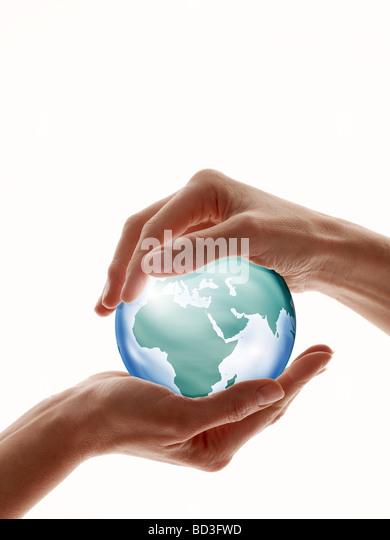 Zwei Hände, die rings um Glaskugel isoliert gegen weiß Stockbild