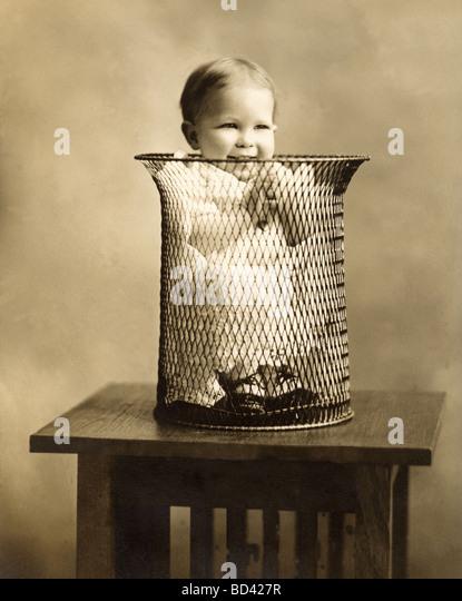 Lachend Säugling in Mülltonne Stockbild