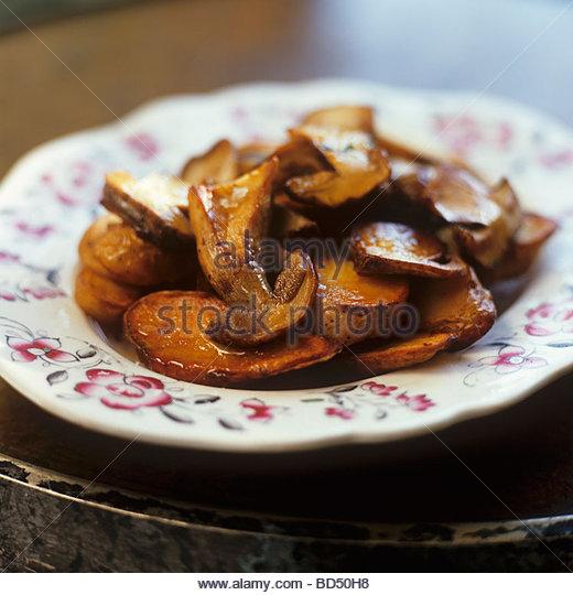 Pfanne gekocht Steinpilzen und Kartoffeln Stockbild