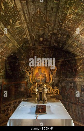 Rumäniens Wooden 14. Jahrhundert Greco-katholische Kirche, Innenraum-Symbol und religiöse Gemälde Stockbild