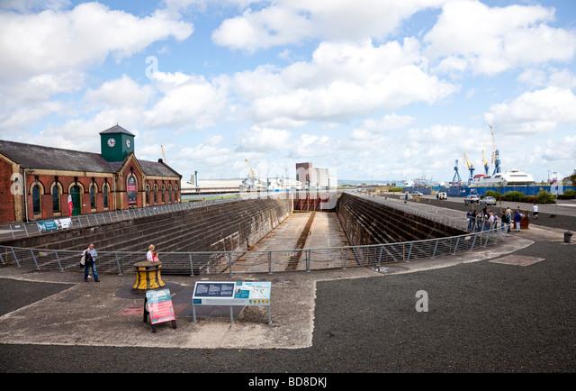 Thompson Dock, das Graving Dock der RMS Titanic und das Pumphouse, Belfast, Nordirland, mit Touristen, einige auf Stockbild