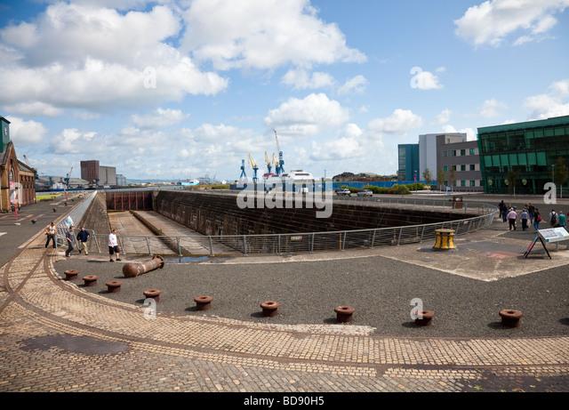 Thompson Dock, das Graving Dock von der RMS Titanic, Belfast, Nordirland, mit Touristen, einige auf einer organisierten Stockbild