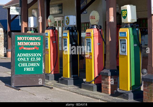 Alte Zapfsäulen vor Autofahren Museum in Colyford, Devon Stockbild