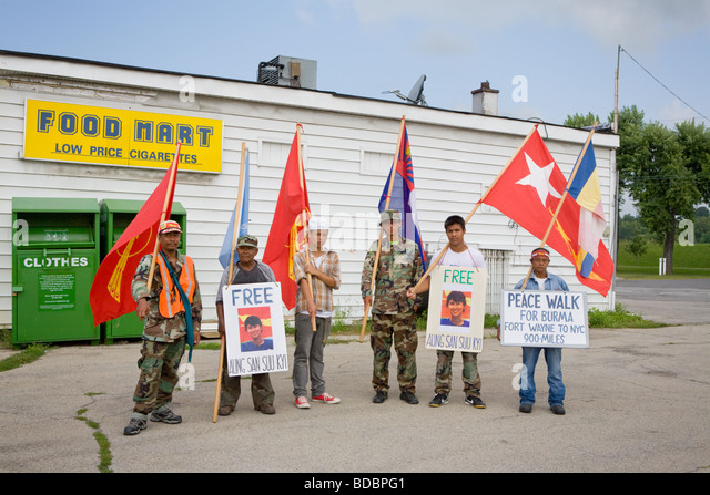 Burmesische Aktivisten während langen März Fort Wayne Indiana UNO Bemühungen um Nobelpreisträgerin Stockbild