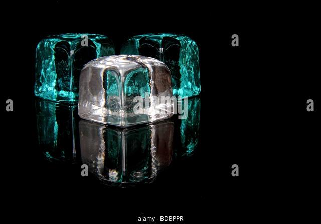 Glaswürfel in schwarz Stockbild