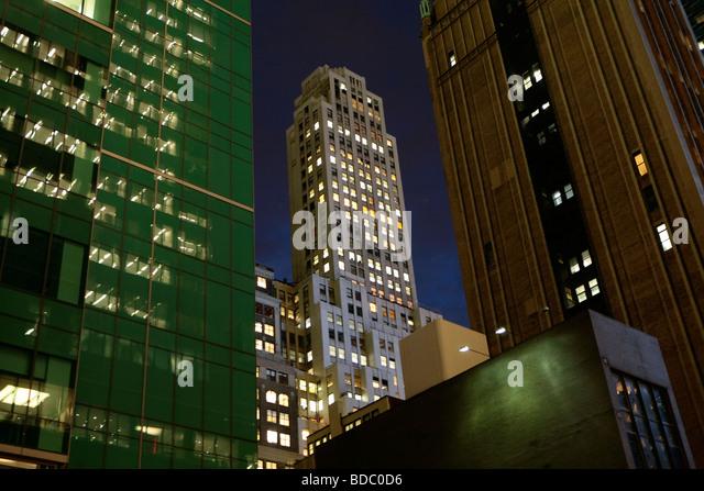 Architektonische Ansicht von New York City bei Nacht Stockbild