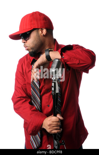 US-amerikanischer Hip-Hop-Musiker posiert mit Vintage Mikrofon Stockbild