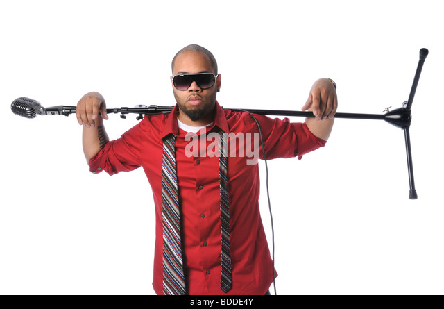 Afrikanische amerikanische Mann mit Vintage Mikrofon und Stand auf Schultern Stockbild