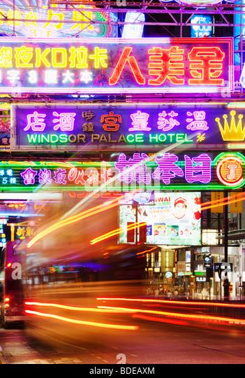 Leuchtreklamen und Bus Licht Wanderweg in Tsim Sha Tsui, Kowloon, Hong Kong, China. Stockbild