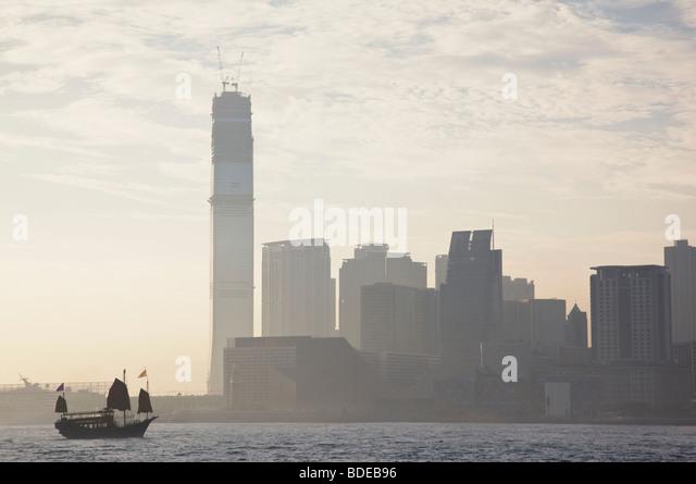 Dschunke vor Hochhäuser in Tsim Sha Tsui, Hong Kong, China. Stockbild