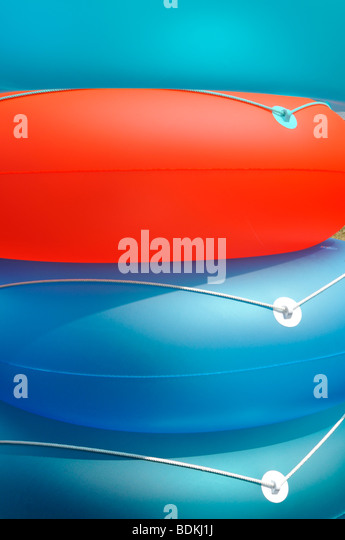 Abstrakt Sommer Konzept Schuss von bunten aufblasbaren Strand Flotation Ringe Stockbild