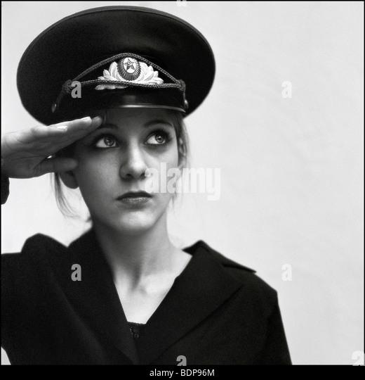 Eine junge Frau, gekleidet in einen militärischen Hut Stockbild