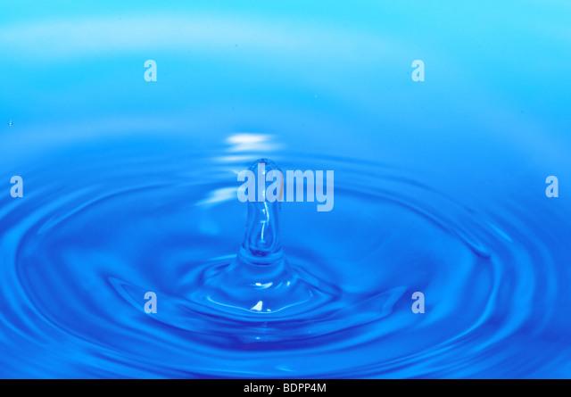 Spritzwasser in Welligkeit. Makroaufnahme Stockbild