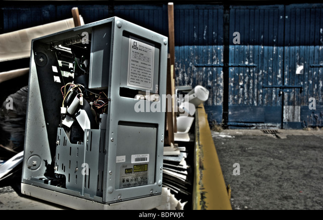 Defekten Computer in einen Müllcontainer Stockbild