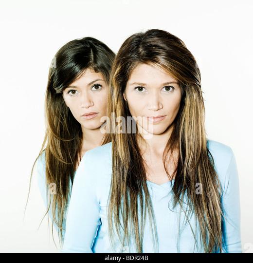 Studio Portrait auf isolierte Hintergrund zweier Schwestern Zwillinge Frauen Freunde gedreht Stockbild