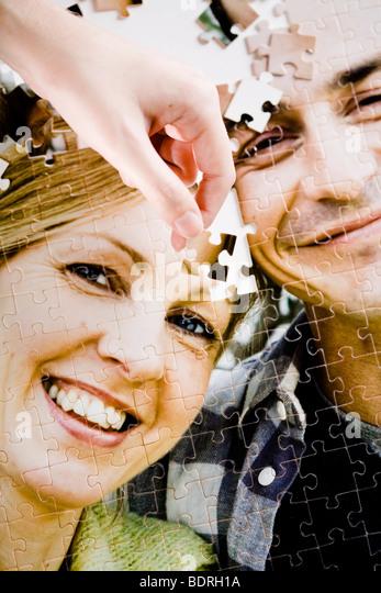 Ein Puzzle mit dem Bild eines Paares. Stockbild