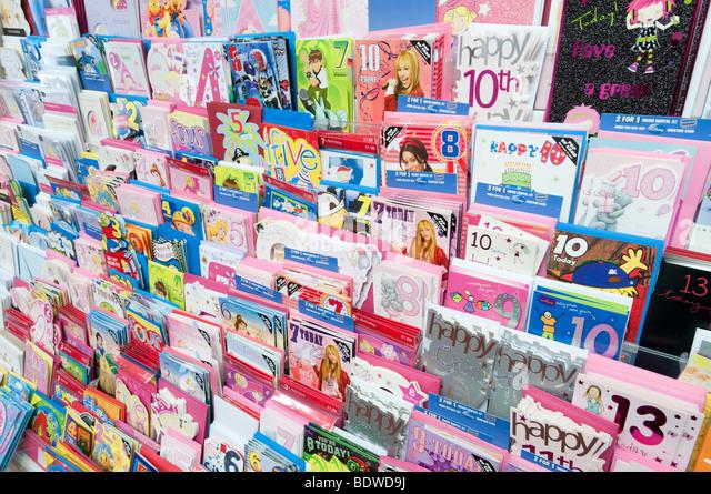 Rack mit Geburtstag Karten in Clinton Karten Shop, England, UK Stockbild