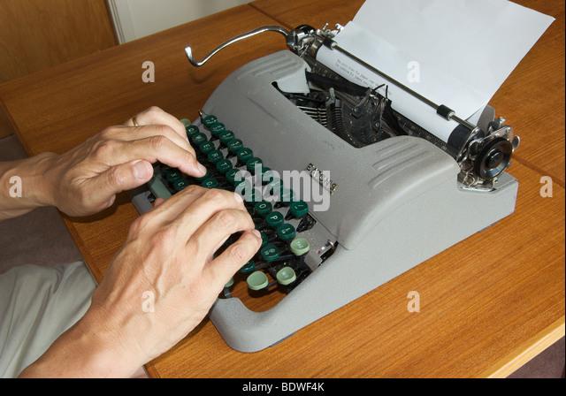Veraltete Technik manuelle Reiseschreibmaschine Finger Tippen auf Tastatur mechanisch Brief Streiks auf Papier aktivieren Stockbild