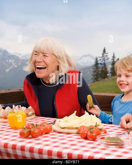 Großmutter, Enkel Essen in Berg Stockbild